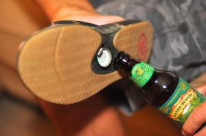 tong-chaussure-decapsuleur-biere
