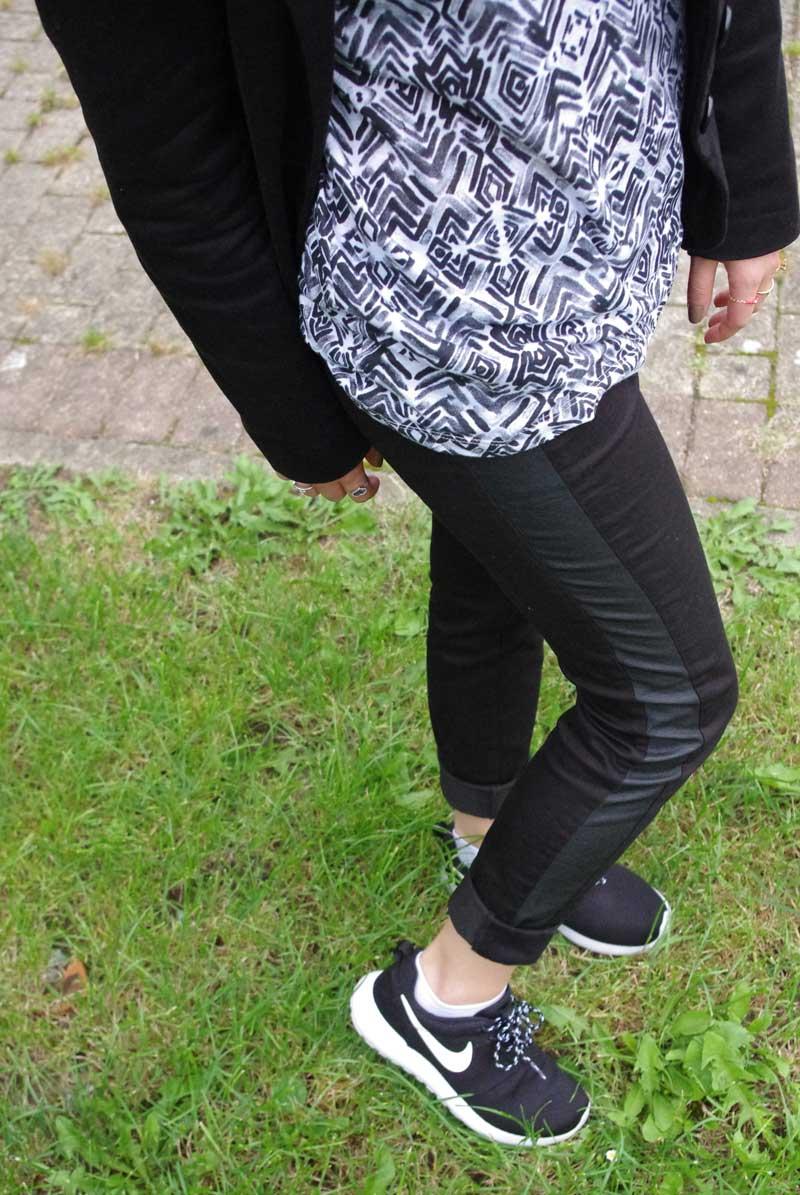 Approvisionnement Femme Noir Nike Roshe Run Pattern Noir Femme Flowers 079697