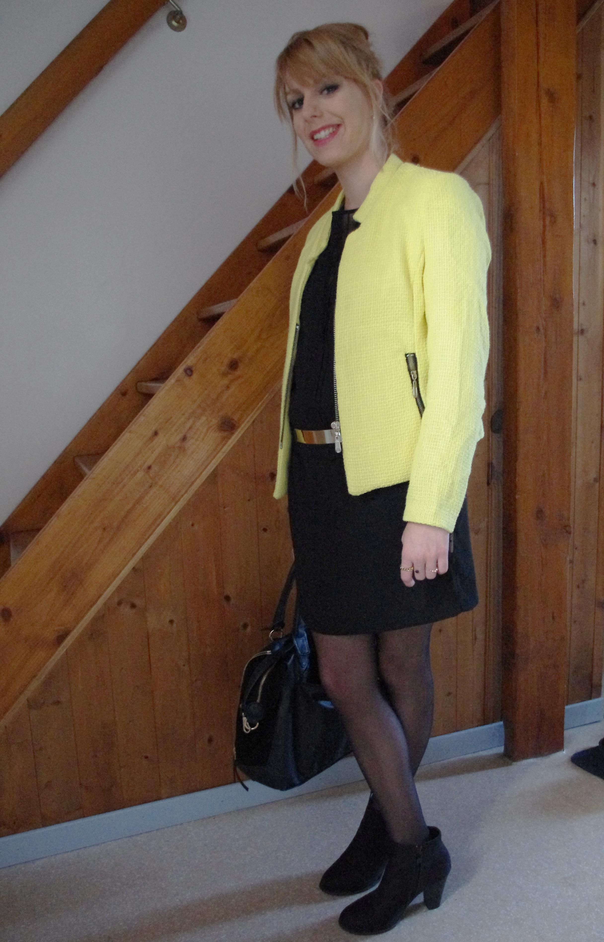 Veste jaune sur robe noire